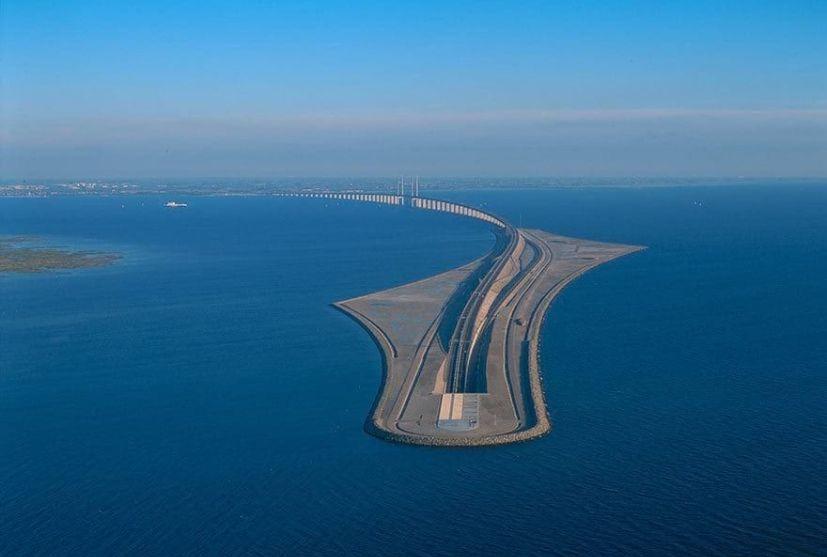 Этот мост превращается в подводный тоннель, соединяя Данию и Швецию