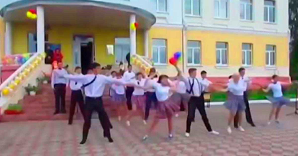 Потрясающий танец выпускников, а учительница просто огонь! Здорово!