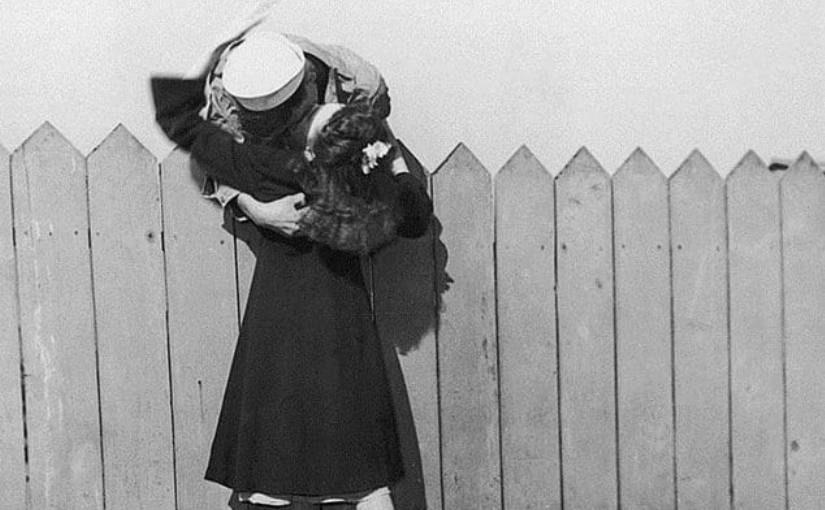 Война и любовь: 20 исторических фото о прощании и встрече влюбленных
