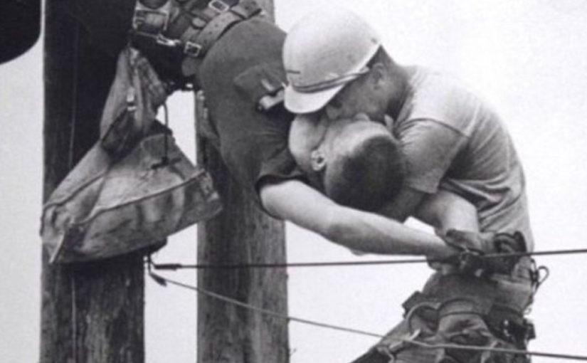 «Поцелуй жизни» — Фотография 1967 года