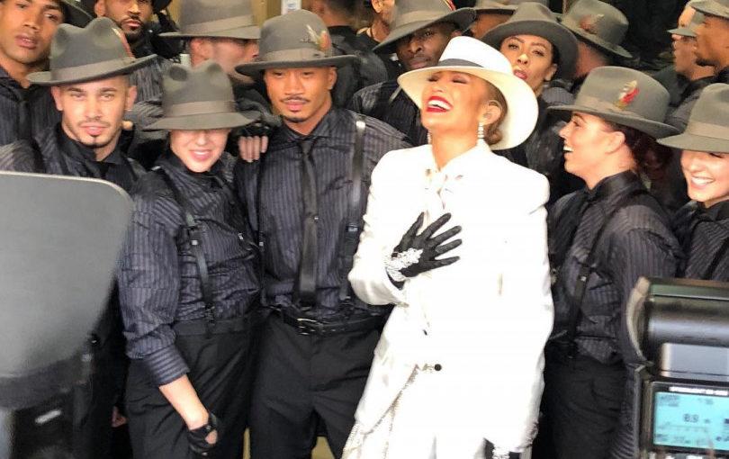 Дженнифер Лопес вышла в свет в эффектном  белом смокинге и шляпе