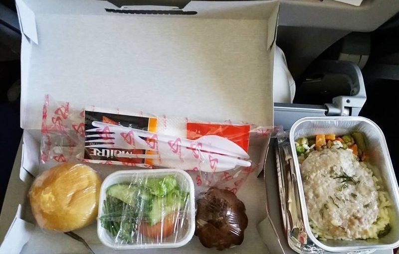 Как выглядит питание на борту самолетов разных авиакомпаний (17 фото)
