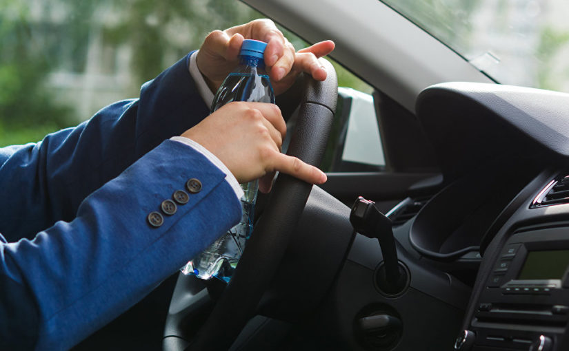 Пластиковая бутылка может вызвать возгорание в салоне автомобиля.