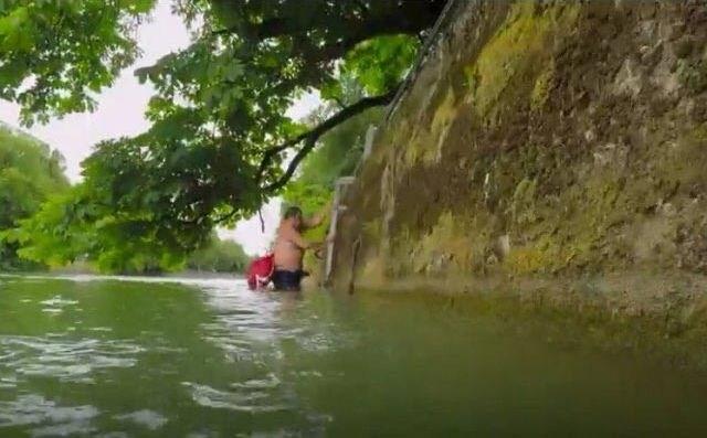 Этот мужчина плавает на работу каждый день, потому что ненавидит пробки (Видео)