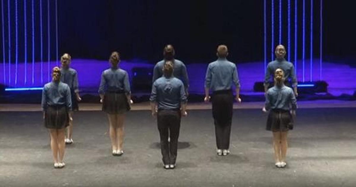 8 танцоров стали в ряд. Когда они развернулись, зрители сильно удивились