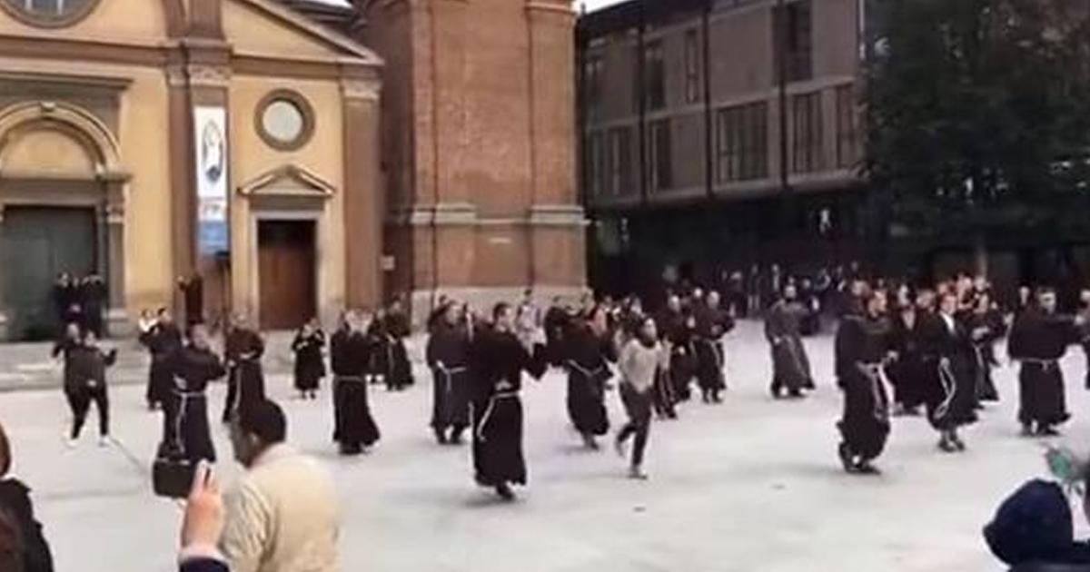 Флешмоб служителей францисканского ордена. Когда монахи – тоже люди!