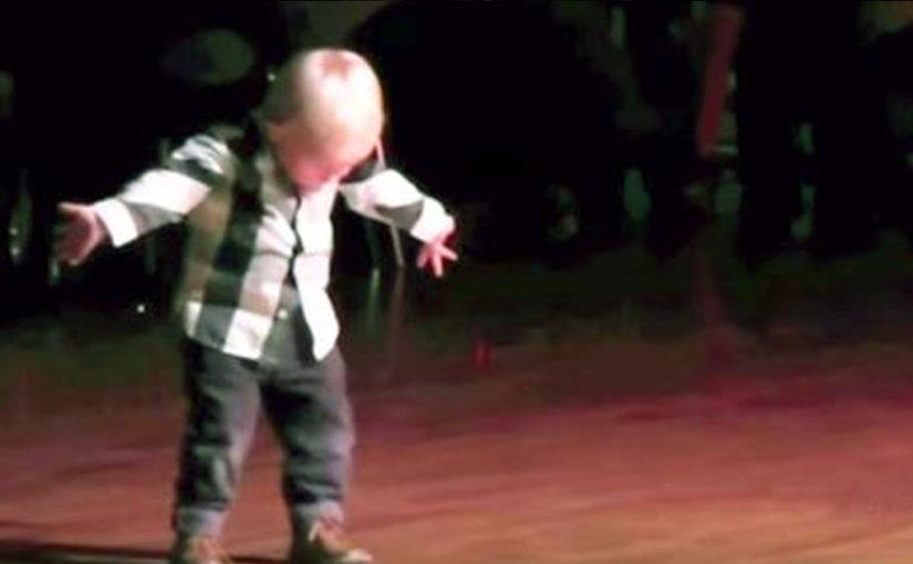2-х летний танцор собрал 32 миллиона просмотров. Просто уморительный малыш