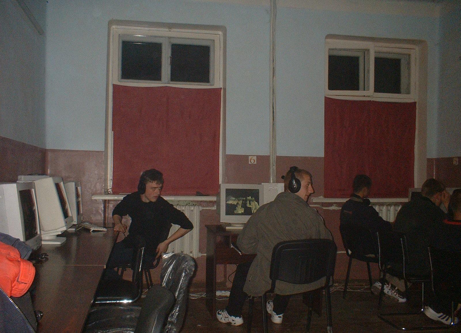 Для тех, кто помнит: компьютерные клубы начала 2000-х (16 фото)