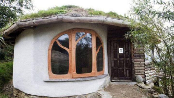 Семейная пара Саймон и Жасмин Дейл построили сказочный домик за небольшие деньги.