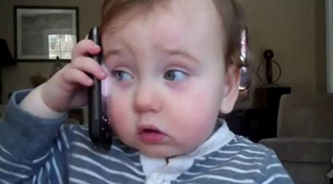 Смешная история о том, как ребенок ответил на телефонный звонок папы.