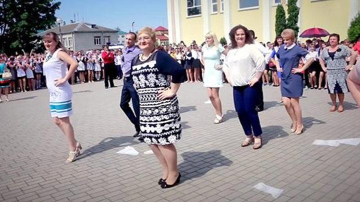 Оригинальный танцевальный флешмоб от учителей (видео)