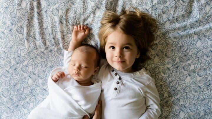 16 безумно смешных иллюстраций о разнице между первым и вторым ребенком