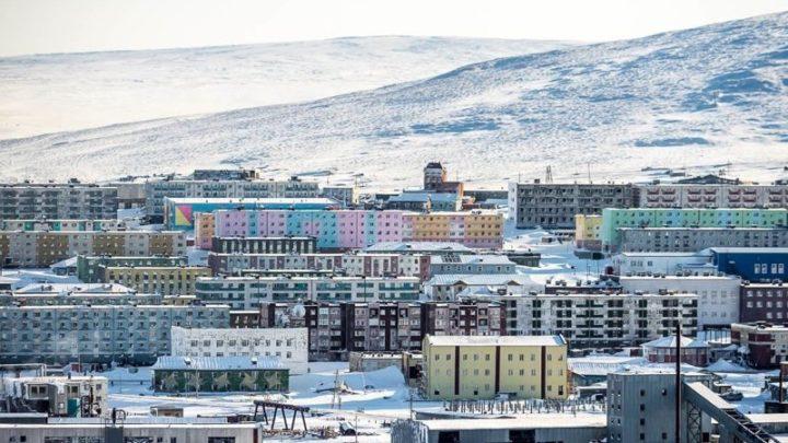 Как живут люди на краю света: города России за полярным кругом, где время замерло (17 фото)